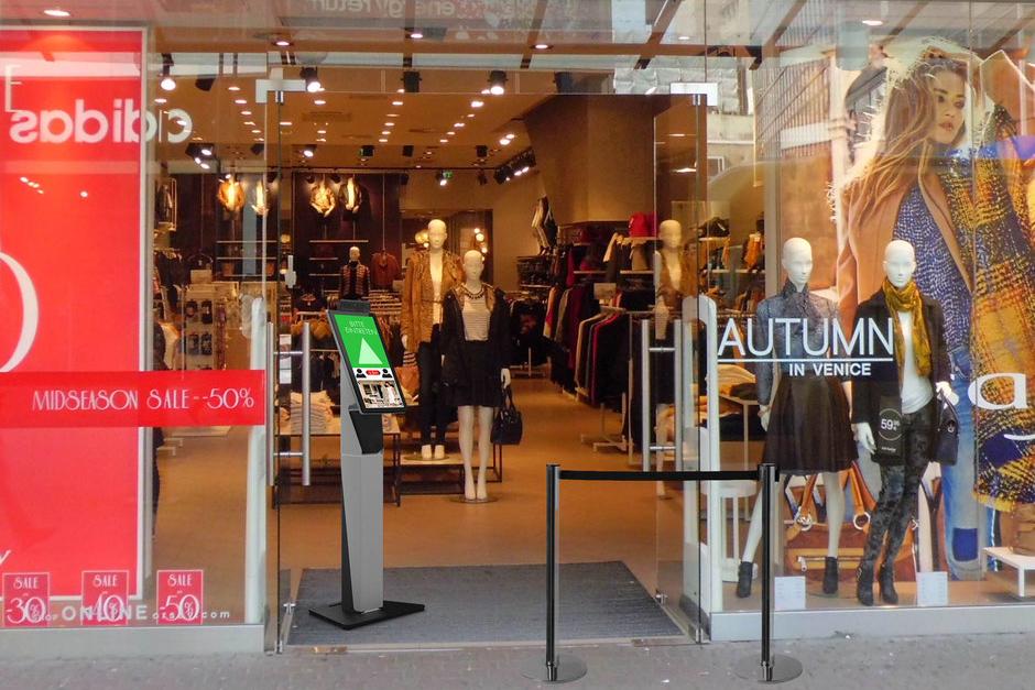 Kundenampel Plus im Einsatz vor einem Fashion Store