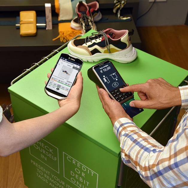 Mobile Checkout Vorgang mit InStore Assistant und mobilem Zahlungsterminal