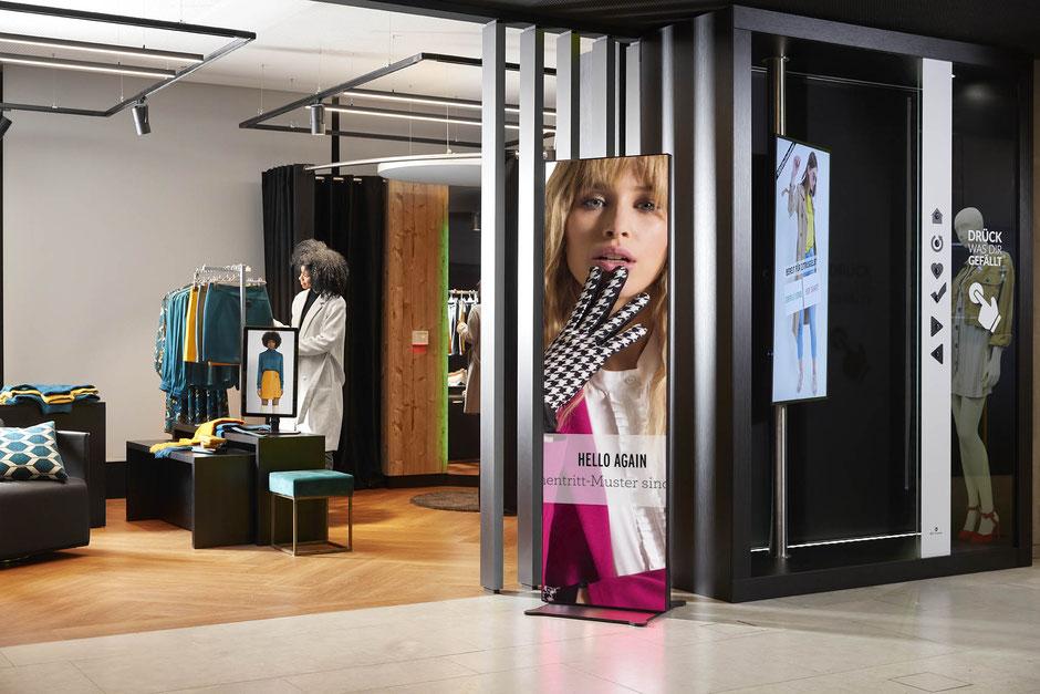 LED Poster im Portrait-Format vor Store-Eingang