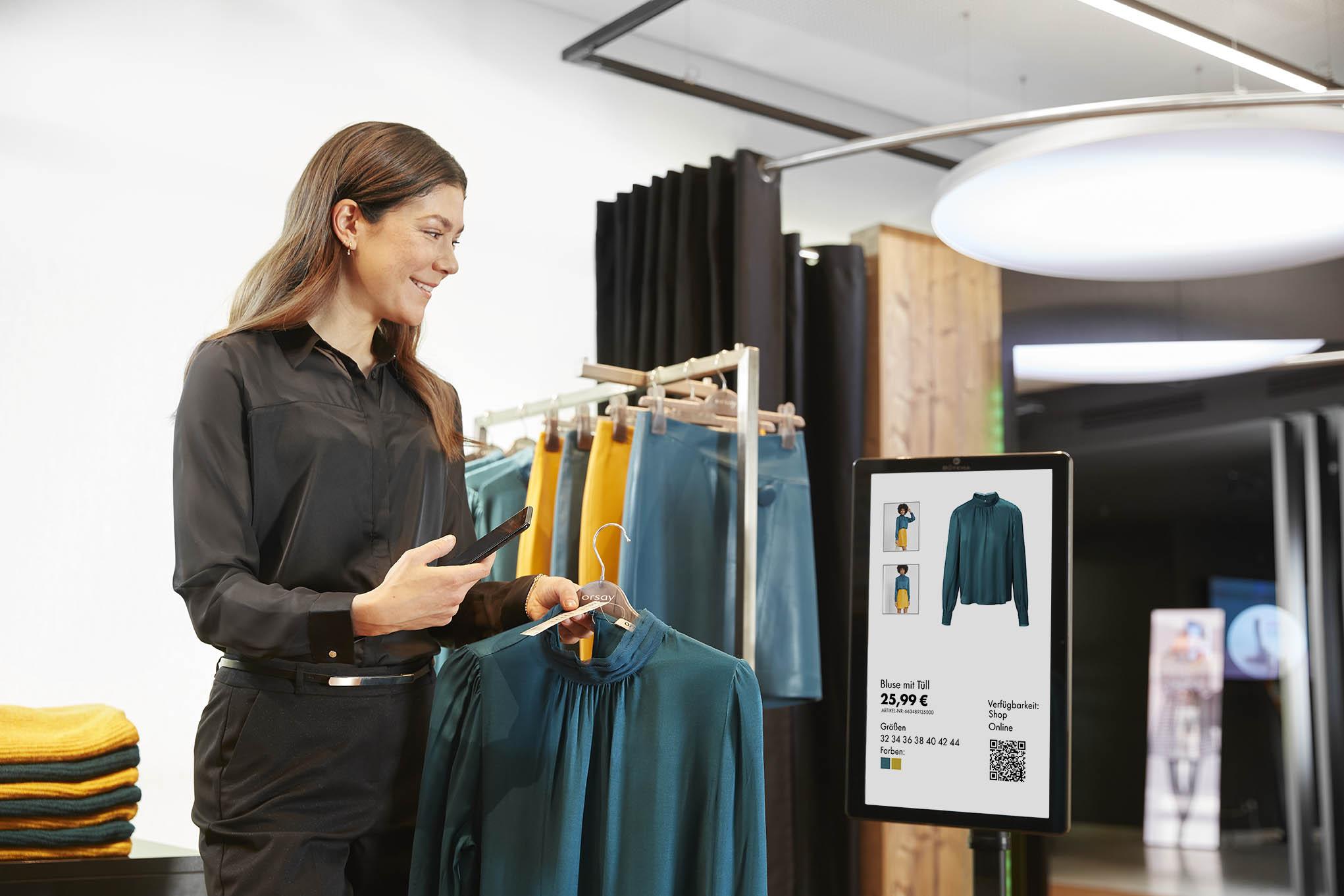 Verkäuferin bedient Digital Counter Card mit dem InStore Assistant