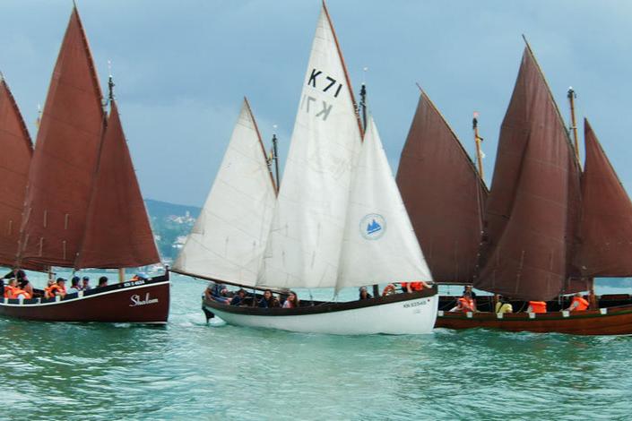 Verein für sozialpädagogisches Segeln: Foto von drei Segelschiffen mit Jugendlichen