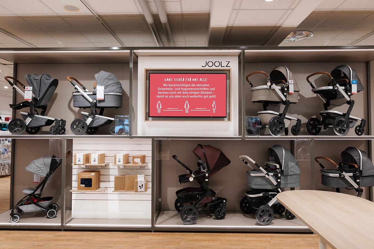 Digital Signage Bildschirm in einer BabyOne Filiale